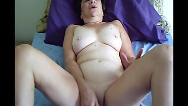 Granny Enjoys her Vibe & Cums
